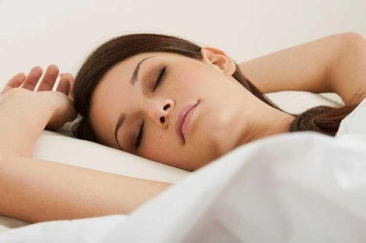 dormir con cabeza alta