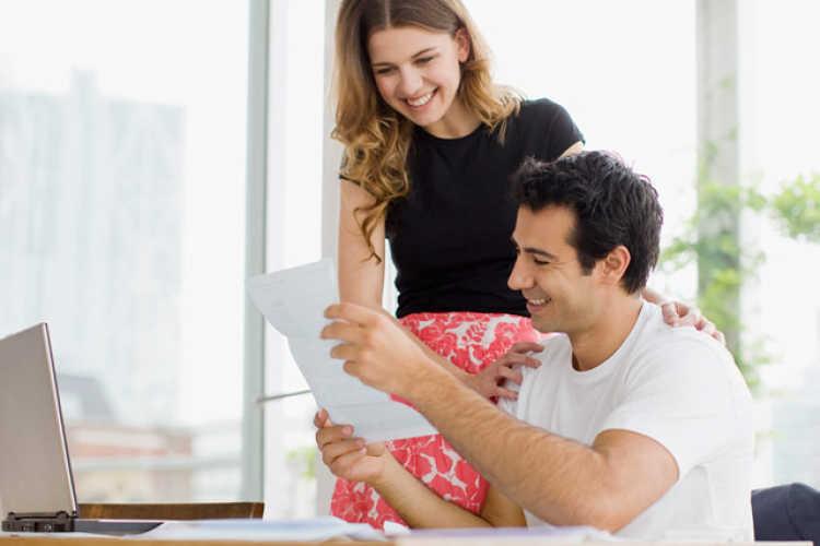 mujer apoya a su pareja