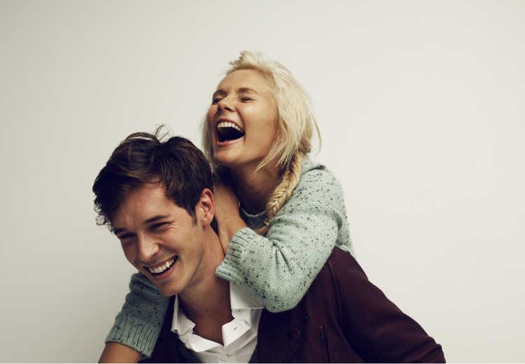 parejas riendo