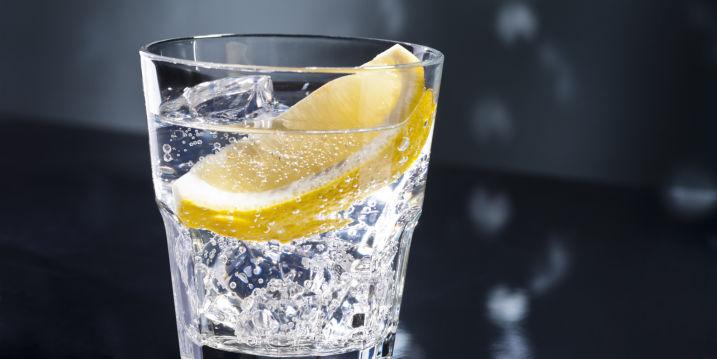 beber agua con limon