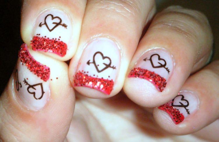 diseño uñas corazones con flecha