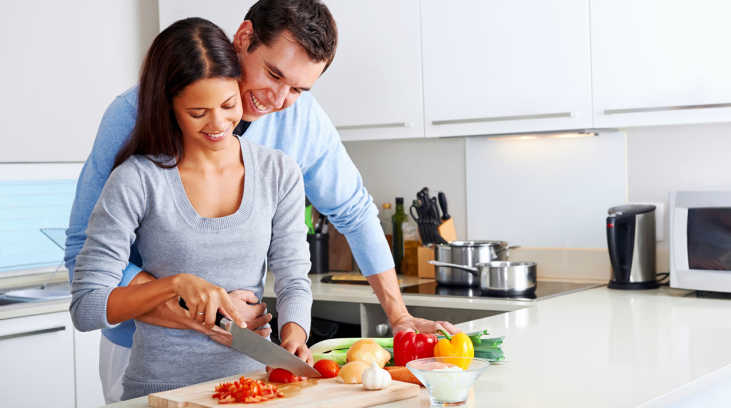 parejas cocinando