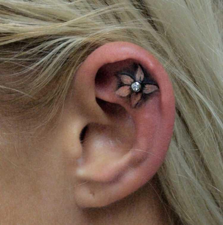 tatuaje oreja flor
