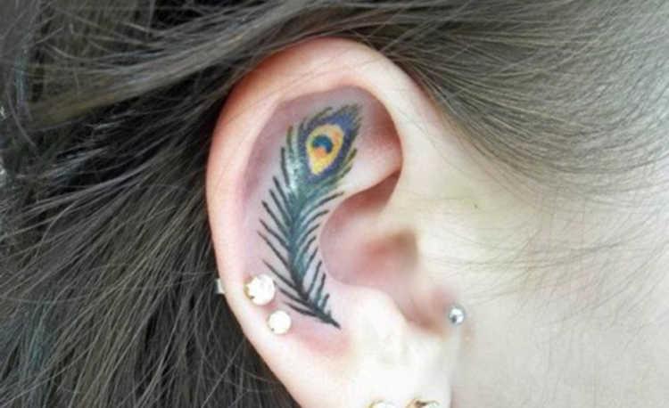 tatuaje oreja pluma