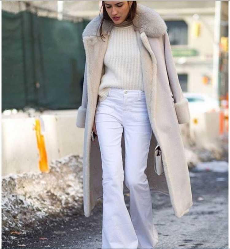 jeans acampanados beige y blanco