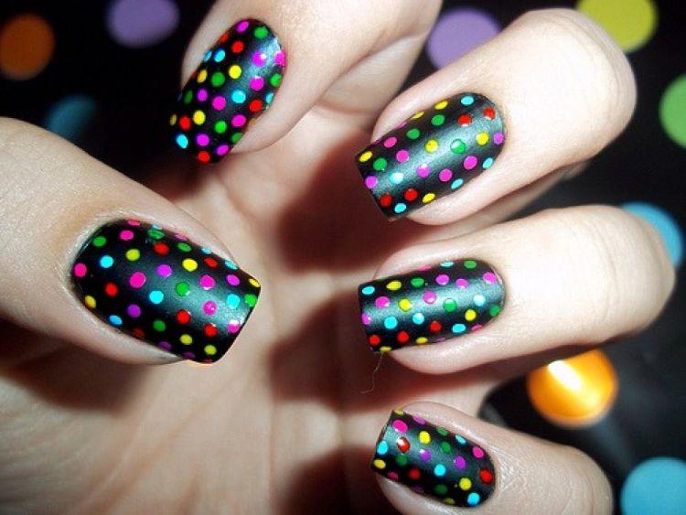 nails arts puntos colores y base negra