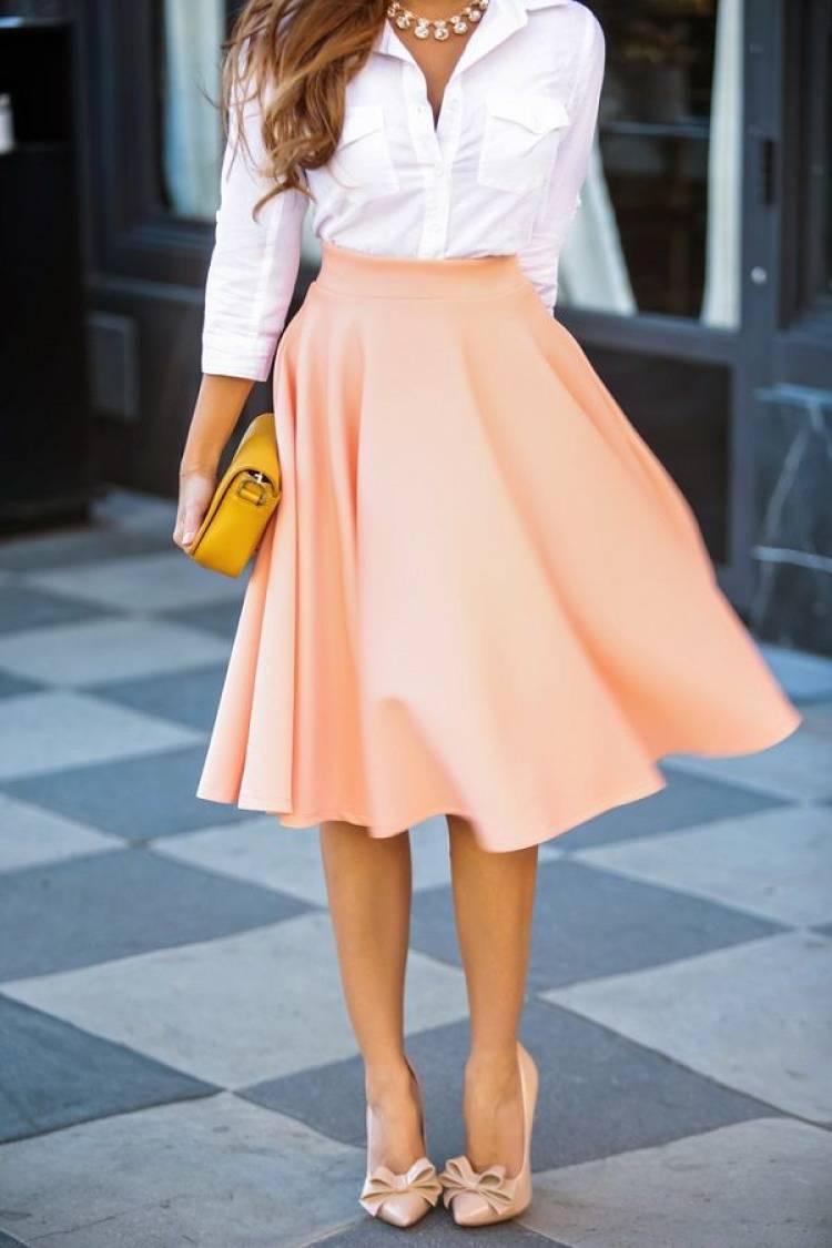 camisa blanca con falda plato