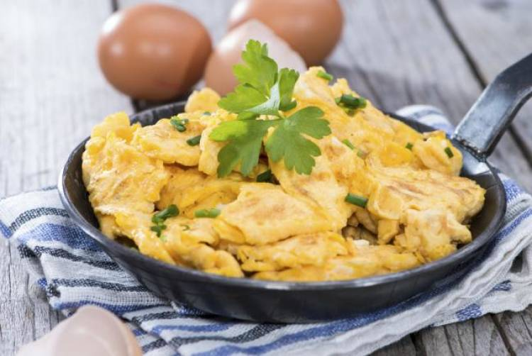 huevos revueltos con queso de cabra