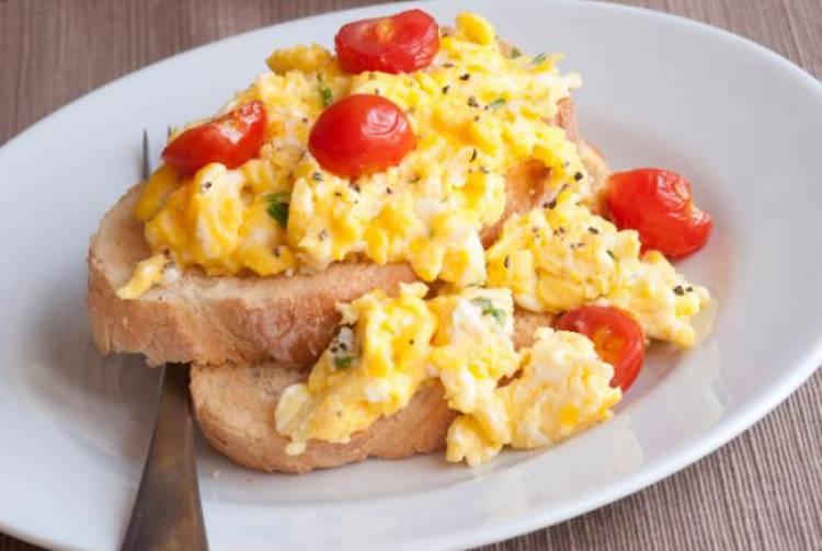 huevos revueltos con tomate
