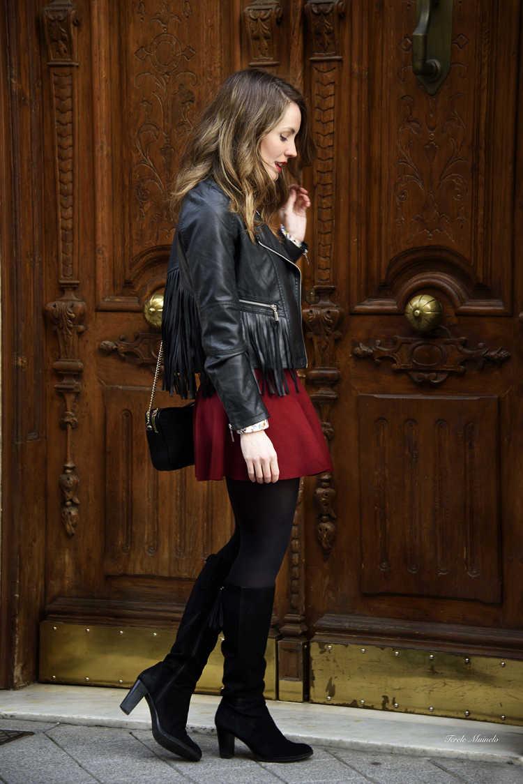 look chaqueta cuero falda y botas