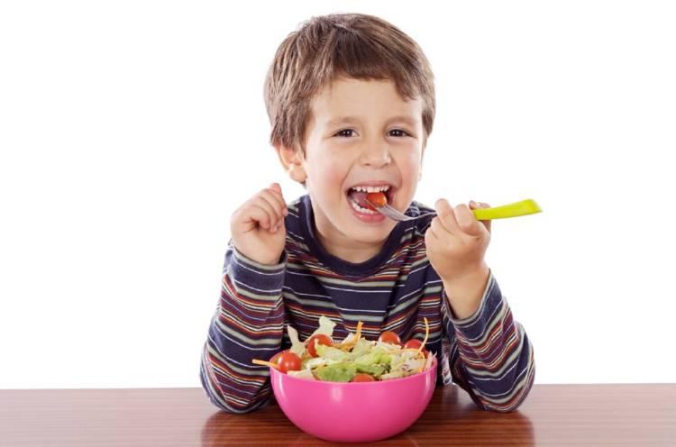 niños comiendo verduras