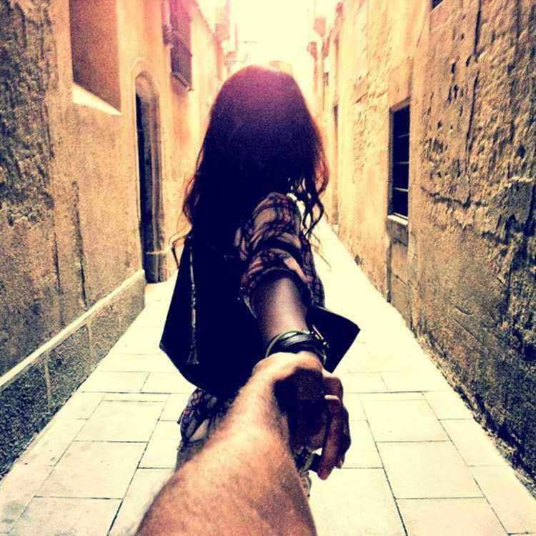 parejas tomadas de la mano
