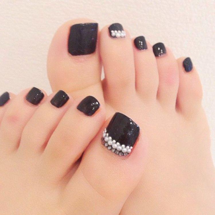diseño uñas pies negro