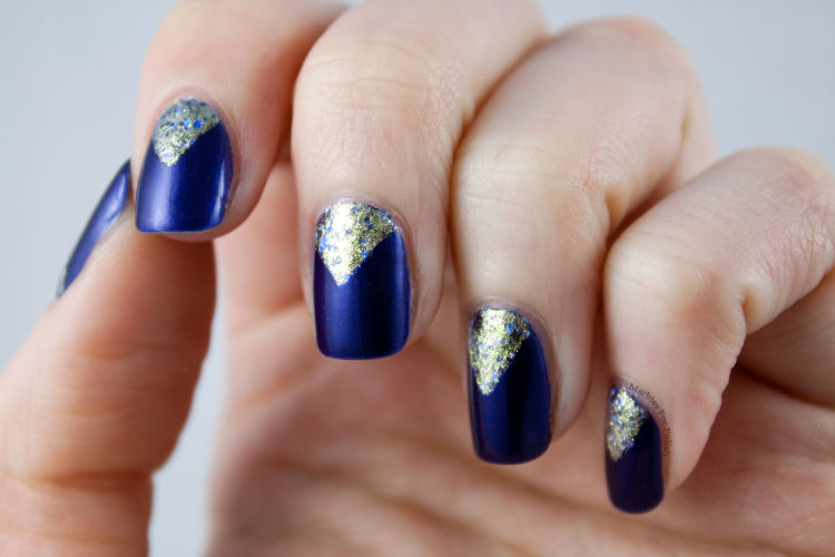nail art triangular azul