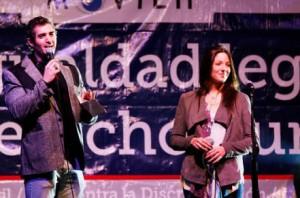 Kel calderón y Pablo Schilling, fueron pifiados en marcha por la igualdad