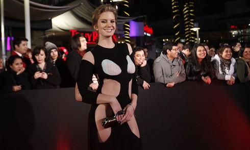 El extraño vestido de Javiera Acevedo, en el avant premier de Kramer