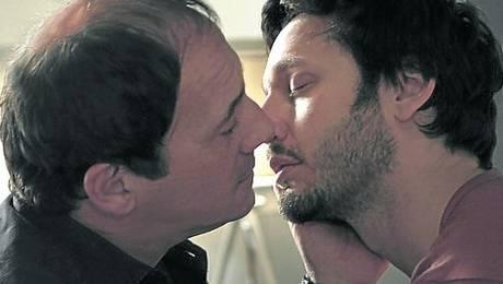 Beso+de+Benjamín+Vicuña+ Revuelo en Argentina por beso de personaje homosexual de Benjamín Vicuña