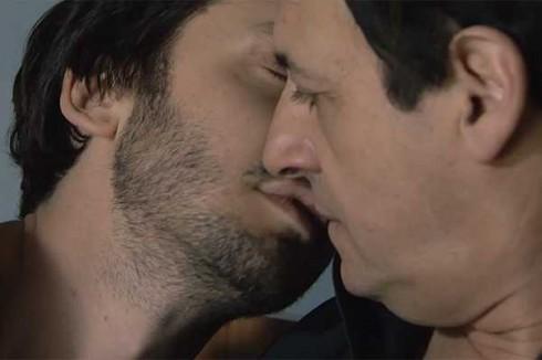 beso benja vicuna el trece 11046 L0x0 490x326 Revuelo en Argentina por beso de personaje homosexual de Benjamín Vicuña
