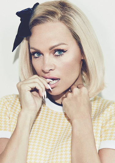 23 300x198 Pamela Anderson irreconocible en portada de revista