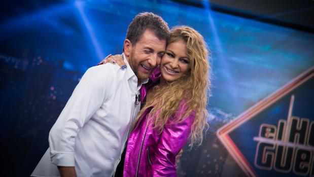 Aparece Paulina Rubio en programa de TV y sorprende con su rostro